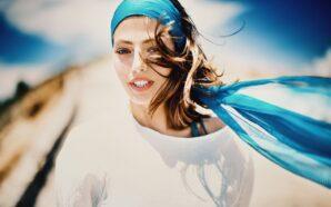 Jak nadać lekkości fryzurze za pomocą chustki na głowę?
